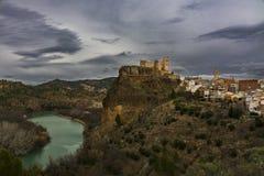 Городок, замок и река Cofrentes стоковое изображение rf