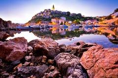 Городок зарева утра взгляда гавани Vrbnik Стоковые Изображения RF
