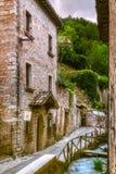 Городок Италия берега реки Rasiglia Умбрии стоковая фотография