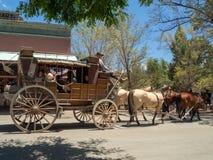 Городок Колумбии, графства золота, Калифорнии, США: Всадник тележки лошади стоковое изображение