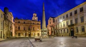 Городок на ноче, Провансаль Arles старый, Франция стоковая фотография rf