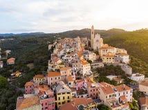 Городок на среднеземноморском побережье, Лигурия riviera Cervo вида с воздуха средневековый, Италия, с красивыми барочными церков стоковые изображения