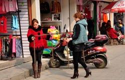 Городок хиа Jiu, Китай: Владельцы магазина женщин стоковые изображения