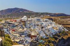 Городок Fira, остров Santorini в Греции Ландшафт с белыми зданиями Неимоверно романтичный взгляд сверху деревни Oia с mountai стоковое изображение