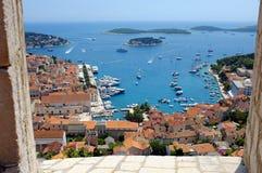 Городок Hvar с гаванью от испанской крепости стоковые фото