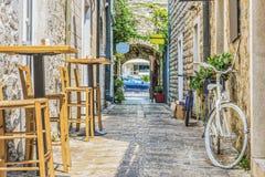 городок montenegro budva старый Первый помин этого города - больше чем 26 столетий тому назад Мы видим старые дома, очень узкий s стоковое фото