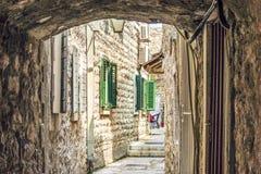 городок montenegro budva старый Первый помин этого города - больше чем 26 столетий тому назад Мы видим старые дома, очень узкий s стоковое изображение