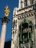 городок munich marienplatz залы glockenspiel новый стоковая фотография rf