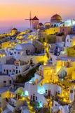 Городок Oia, остров Santorini, Греция на заходе солнца Традиционный и fa стоковая фотография