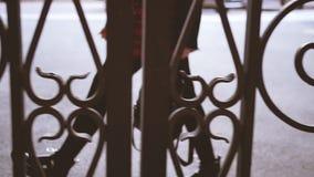 Городская женщина идя красные ботинки нейлонов юбки видеоматериал
