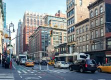 Городская жизнь и движение на районе на дневном свете, Нью-Йорке мили ` дам бульвара Манхаттана историческом, Соединенных Штатах Стоковое Изображение RF