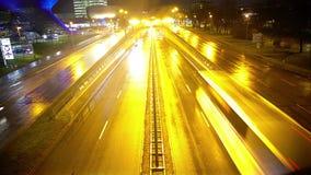 Городская жизнь ночи, управлять автомобилей на шоссе около современного торгового центра, timelapse акции видеоматериалы