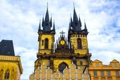 Городская площадь Праги старые и церковь матери бога перед Tyn в Праге, чехии Стоковые Фото