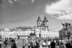 Городская площадь Праги старые и церковь матери бога Стоковая Фотография