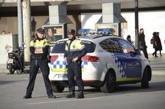 Городская полиция наблюдает центр Барселоны в Испании стоковое фото