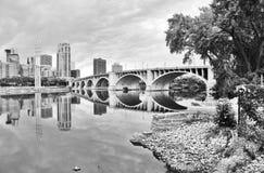 Городская предпосылка архитектуры города в monochrome стоковые фото