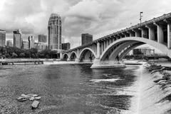 Городская предпосылка архитектуры города в monochrome стоковое фото rf