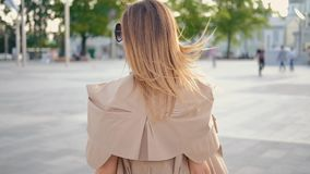 Городская прогулка бизнес-леди определила backview сток-видео