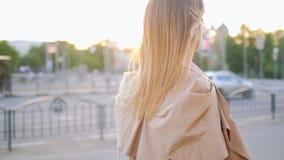 Городская прогулка бизнес-леди определила backview видеоматериал