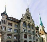 Городская ратуша Stadthaus и церковь Цюрих Fraumunster стоковые изображения rf
