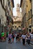 Городская сцена на старой улице в Флоренсе, Италии стоковые изображения