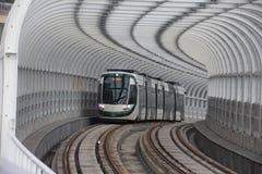 Городская фотография: Трамвай приходит из тоннеля стоковое изображение