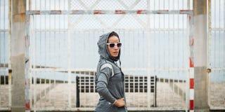 Городская sporty женщина на на открытом воздухе разминке фитнеса стоковые фотографии rf