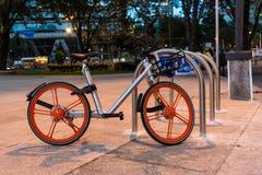 Городские велосипеды транспорта - серебряный велосипед Стоковые Фото