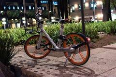 Городские велосипеды транспорта - серебряный велосипед Стоковые Изображения