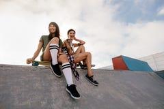 Городские девушки в коньке паркуют смеяться над и иметь потехой Стоковая Фотография RF