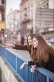 Городские девушки наслаждаясь днем вне в городе Стоковые Изображения RF