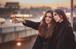 Городские девушки наслаждаясь днем вне в городе Стоковое фото RF