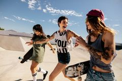 Городские девушки наслаждаясь на парке конька Стоковое Фото