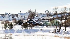 городские дома приближают к стенам монастыря Pokrovsky Стоковое Фото