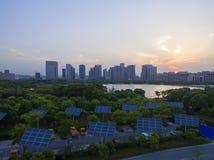 Городские здания и панели солнечных батарей стоковое фото