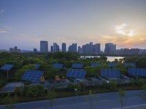 Городские здания и панели солнечных батарей стоковое фото rf