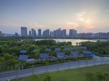 Городские здания и панели солнечных батарей стоковая фотография rf