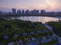 Городские здания и панели солнечных батарей стоковое изображение rf