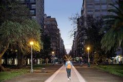 Городские люди ландшафта идя на квадрат, в Mar del Plata стоковые фото