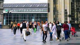 Городские регулярные пассажиры пригородных поездов, турист и покупатели в ежедневной спешке вне известного главного ж-д вокзала в стоковое фото