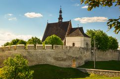 Городские стены и церковь St Владислава Wladyslaw, Szydlow, Польша стоковое изображение