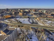 Городской горизонт Sioux Falls в Южной Дакоте во время зимы стоковое изображение rf