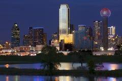 Городской Даллас, Техас вечером стоковое фото rf