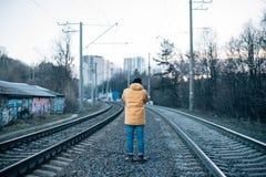 Городской исследователь делает фото следов поезда Стоковое Изображение RF