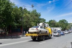 Городской ландшафт, опорожнение автомобиля от неправильной парковки стоковое фото