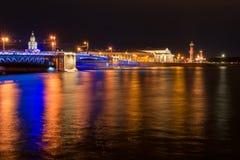 Городской ландшафт Санкт-Петербурга в темной ноче лета Стоковые Фотографии RF