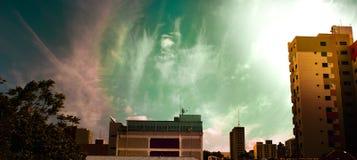 Городской ландшафт с красивой предпосылкой неба стоковая фотография rf