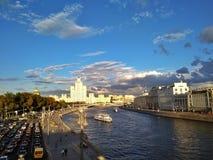 Городской ландшафт с небоскребом Москвы стоковая фотография