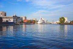Городской ландшафт с целью музея океанов и красивого белого корабля на предпосылке реки Стоковая Фотография RF