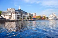 Городской ландшафт с целью музея океанов и красивого белого корабля на предпосылке реки Стоковые Изображения RF